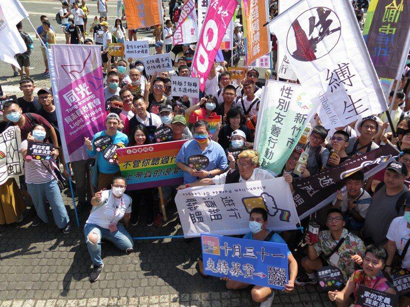 桃園市牛角藝文協會昨天舉辦彩虹遊行,市長鄭文燦戴上彩虹口罩相挺。記者張裕珍/攝影
