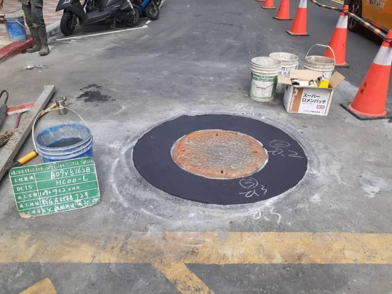 新北市今年統計已降埋815個人孔蓋,全年總數應可達1000顆以上。圖為人孔蓋圓形切割工程。圖/新北市工務局提供