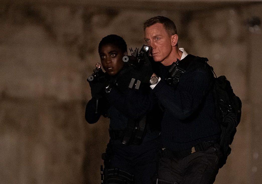 新舊兩代007探員聯手出擊。圖/摘自imdb