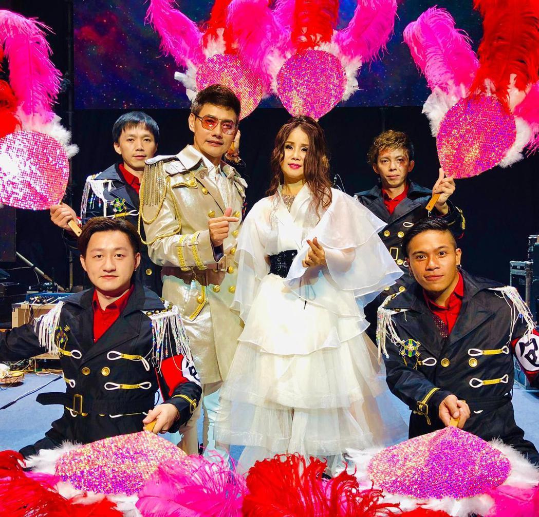 包偉銘(左3)與老婆劉依純今晚合體為公益演出。圖/翰森娛樂提供