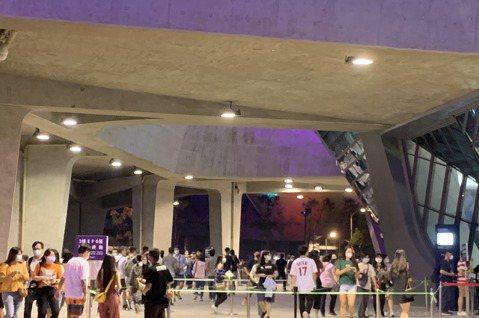 台北流行音樂中心今舉行「嗨!北流」開幕演唱會,天氣相當好,戶外場演出從下午3點開演,現場流動人次多達2000人,線上直播觀看次更突破16萬人,北市文化局表示,民眾熱度超乎預期,表演者也相當驚喜,晚上...