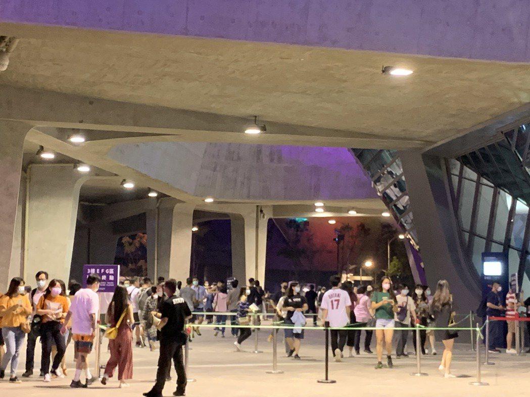 晚間售票演唱會自五點開放入場,場外動線相當順暢。記者趙宥寧/攝影