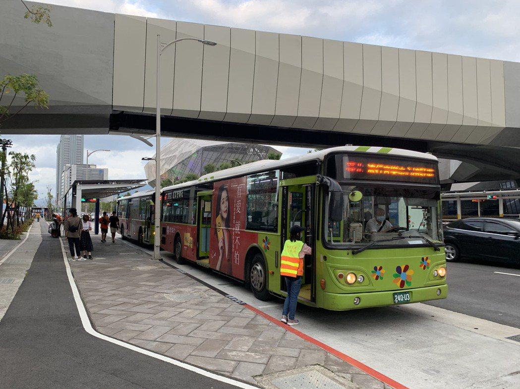 北市交通局今派9接駁車自捷運站來回運送。記者趙宥寧/攝影