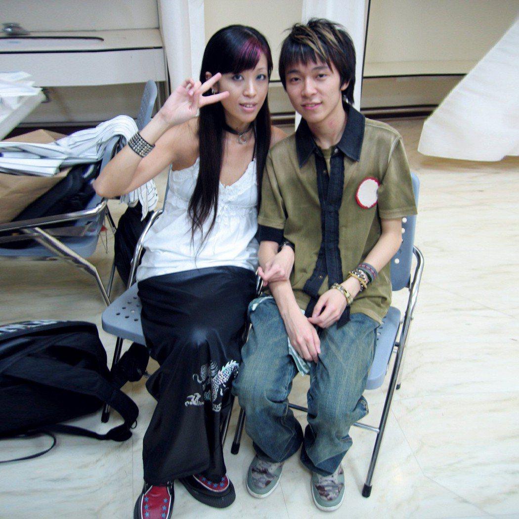 吳青峰(右)日前曬出跟陳珊妮的「古蹟照」。圖/摘自臉書