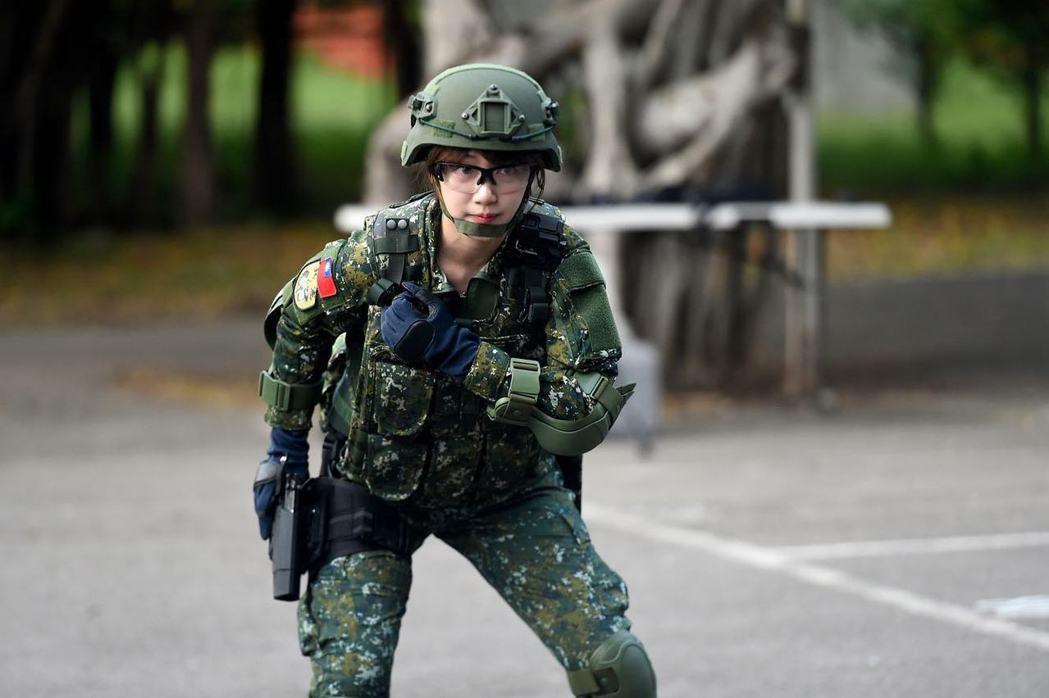 泱泱體驗當「一日憲兵」,接受訓練。 圖/擷自泱泱臉書