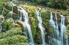 嘉義「台版九寨溝」限定壯觀美景!三層瀑布飛瀉而下,順著懶人步道即抵達