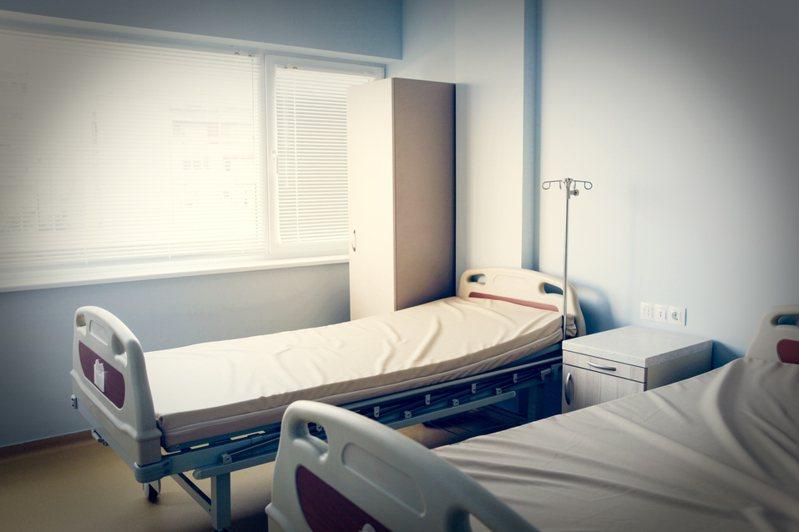因夫妻的孩子生病住院,便有許多親友帶水果前來探望。 病房示意圖/Ingimage