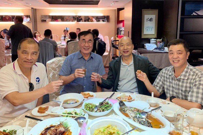 前高雄市長韓國瑜(右二)與昔日小內閣團隊今午在台北市一家海鮮餐廳聚餐敘舊,前高雄市副市長葉匡時(左一)、李四川(左二)、陳雄文(右一)都到了。圖/讀者提供