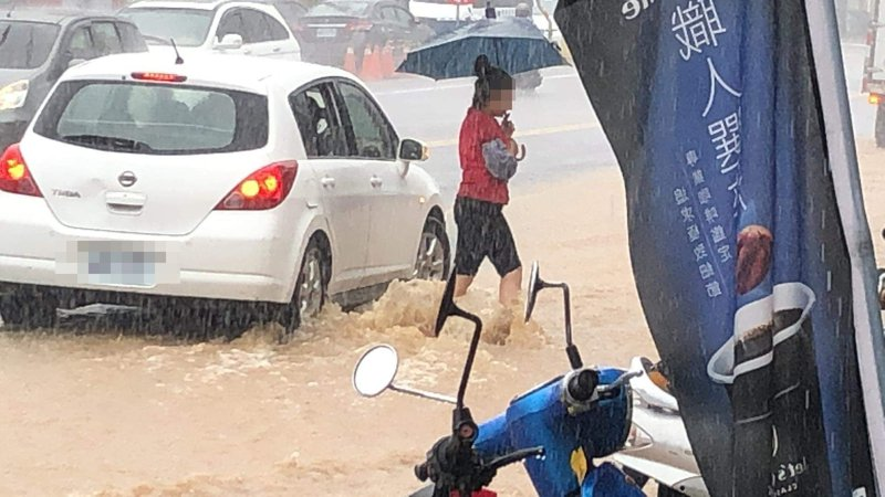 今天下午3點之後,台東縣內開始強降雨,卑南鄉賓朗路一帶,因大雨一時無法宣洩,積水甚至到小腿肚,還好尚無災情傳出。圖/民眾提供