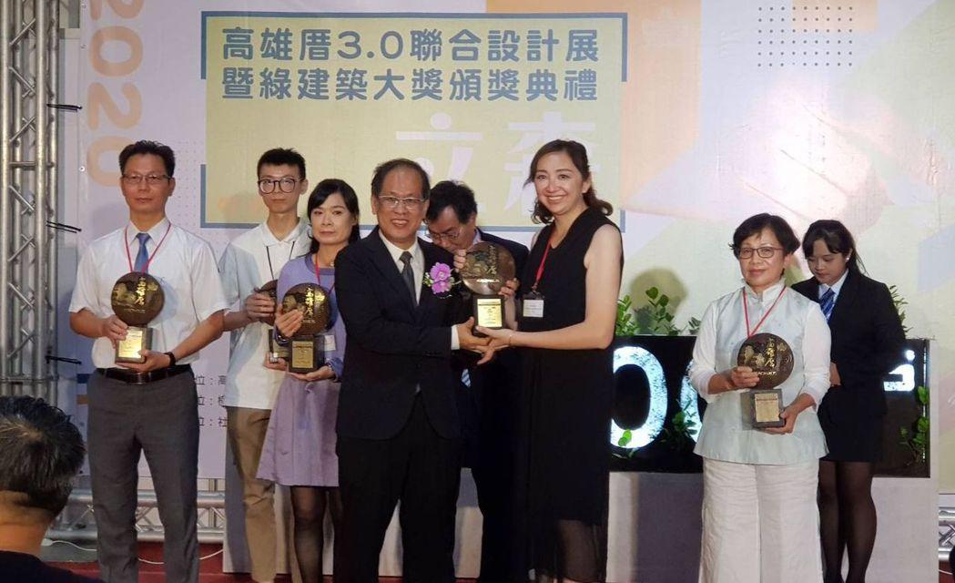 現場進行綠建築大獎頒獎典禮,由高雄市工務局局長蘇志勳逐一頒贈獎座給得獎人,共有2...