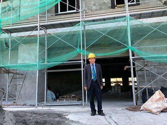 恆基醫院董事劉伯恩巡視醫療大樓的進度。 財團法人恆春基督教醫院/提供