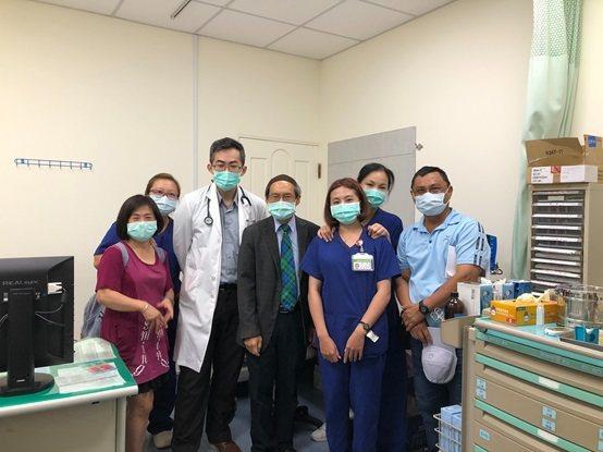 董事劉伯恩(左四)與醫院醫師及員工們合影。 財團法人恆春基督教醫院/提供