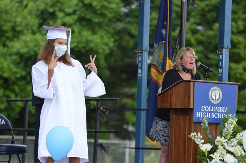 位於紐約上州的哥倫比亞高中在8月29日的SAT考試中,有一名學生確診新冠,同一考場有300名學生考試。圖為今年6月該校舉辦畢業典禮。 圖/取自哥倫比亞高中臉書