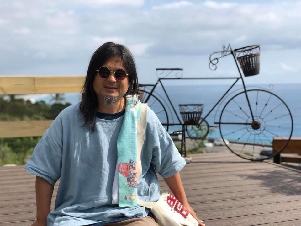 本土創作樂團「打狗亂歌團」主唱、金曲歌手嚴詠能昨晚在屏東縣萬丹鄉演出時,疑心肌梗