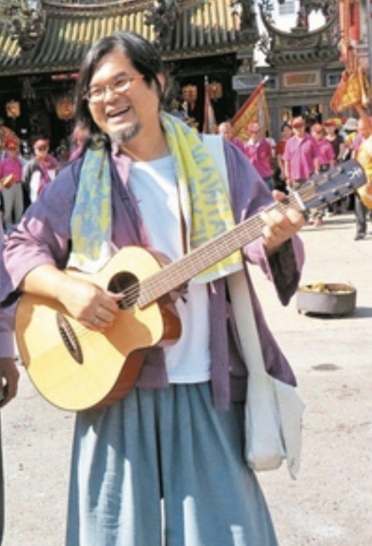 「打狗亂歌團」主唱嚴詠能5日晚間在屏東縣萬丹鄉大憲宮演出時,疑心肌梗塞昏倒在台上