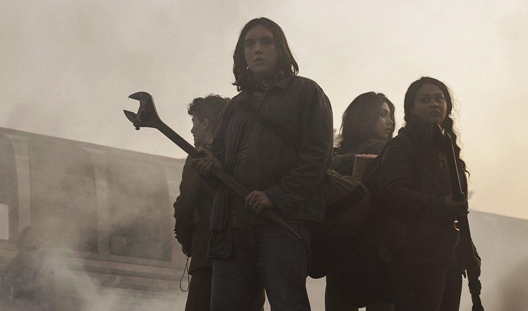 《陰屍路:化外世界》是《陰屍路》的衍生劇,劇中以青少年男女為主角。圖/擷自《陰屍...