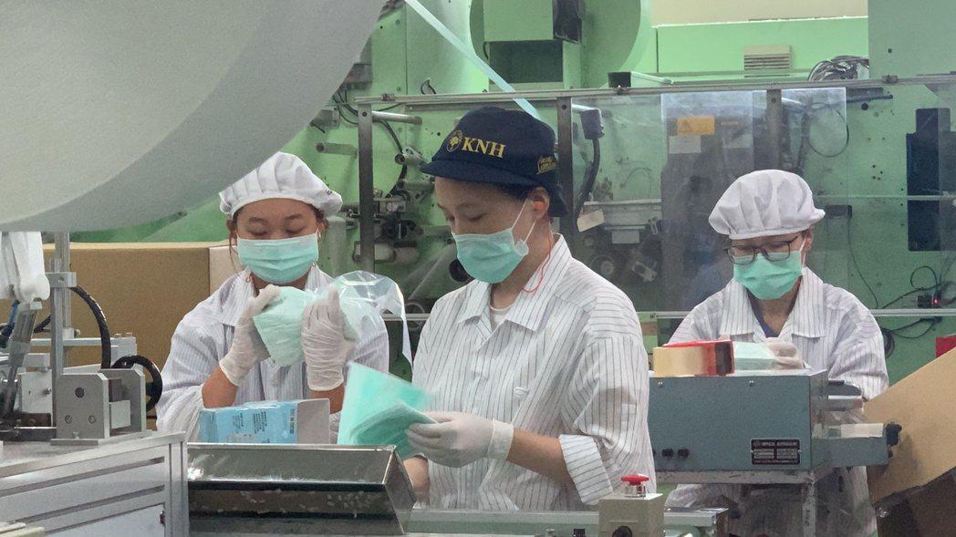 經濟部派人到口罩國家隊查察,台南康那香公司表示,經濟部已派人來公司查過,沒有問題...