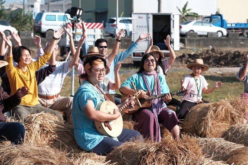 金曲歌王、50歲本土樂團「打狗亂歌團」主唱嚴詠能(中)猝逝,他所做的「只要大家攏吃台灣米」堪稱是稻米界的國歌,突然過世,留給農業界無限懷念。圖/張美雪提供