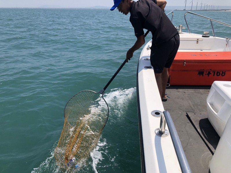 台中市「環保艦隊」協助清除海漂垃圾。圖/台中市環保局提供