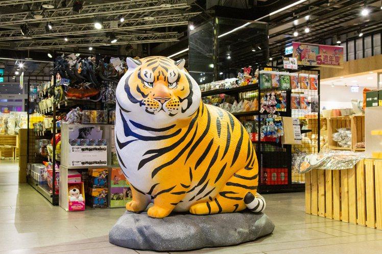 近期爆紅貼圖之一「猛虎下山」實體造型雕像就在1樓「動物們集合啦」超萌動物IP展可...