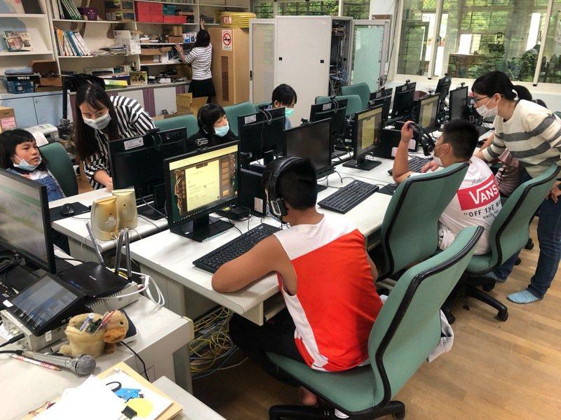 新北市教育局與PaGamO素養品學堂合作,捐贈學習帳號供新北市16所偏鄉學校學生免費使用。圖/新北市教育局提供