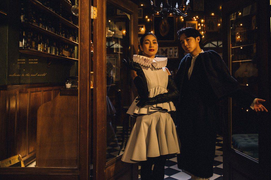 吳青峰(右)和陳雪甄合作。圖/環球音樂提供