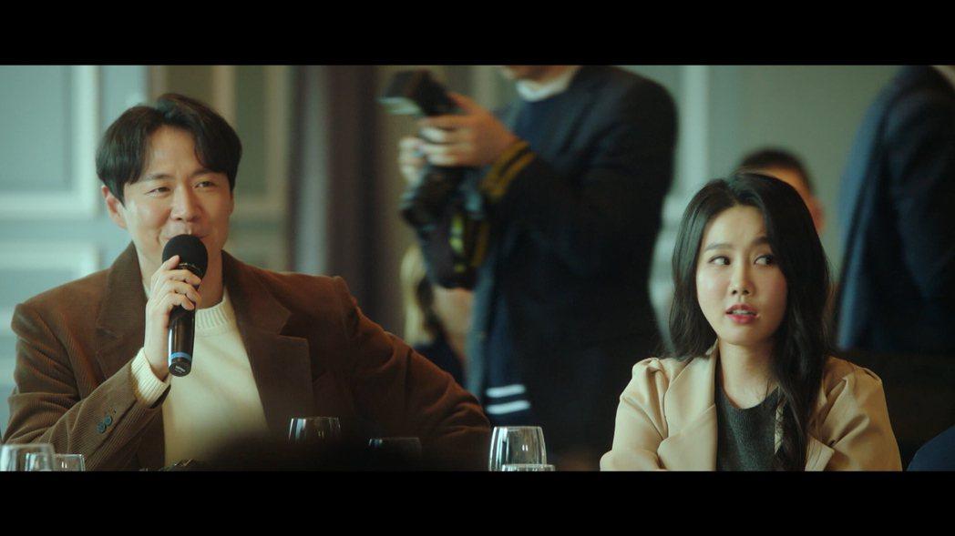 延政勳(左)在劇中飾演具有正義感的記者。圖/friDay影音提供