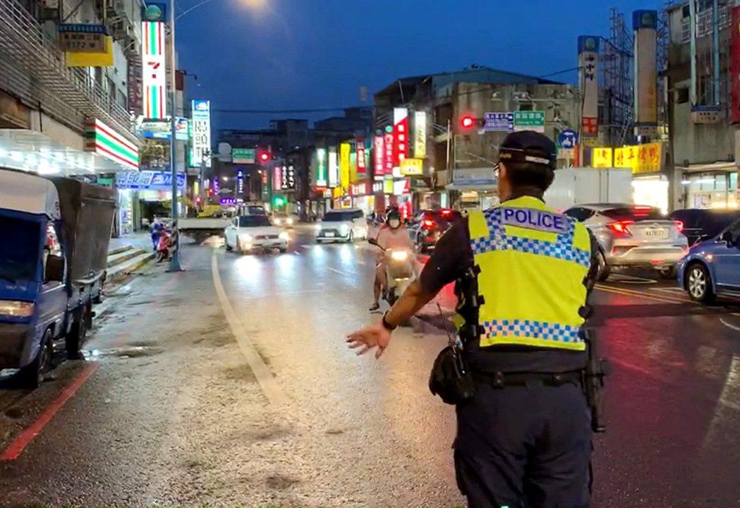 桃園市警局展開路口交通大執法一週,汽機車闖紅燈、紅燈右轉違規約佔8成最高,違規者...