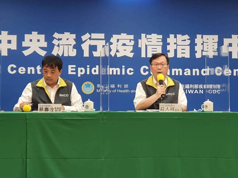 中央流行疫情指揮中心記者會,出席人員包括物資組組長蔡壽洤(左)、發言人莊人祥 (右) 。記者楊雅棠/攝影