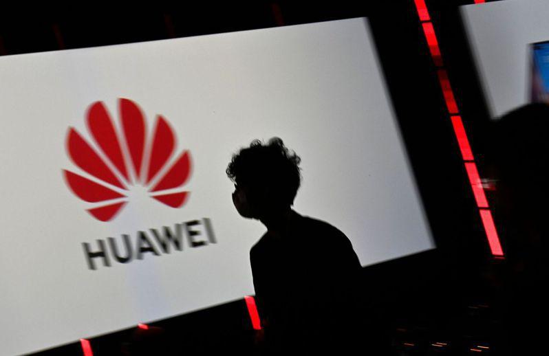 本周華為開發者大會登場,這家中國大陸的手機、網通設備巨擘如何逆境求生,仍受關注。圖為在德國舉行的柏林消費電子展(IFA)上華為的看板。法新社