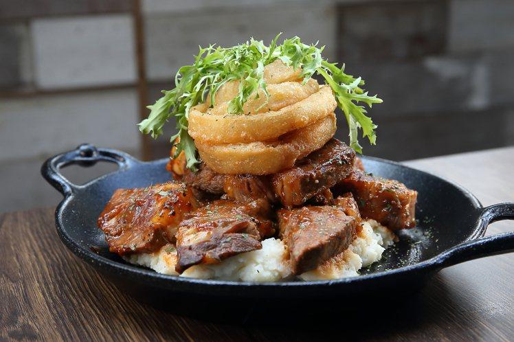 麻省烤肉風味牛排佐炸洋蔥圈,每份560元。記者陳睿中/攝影