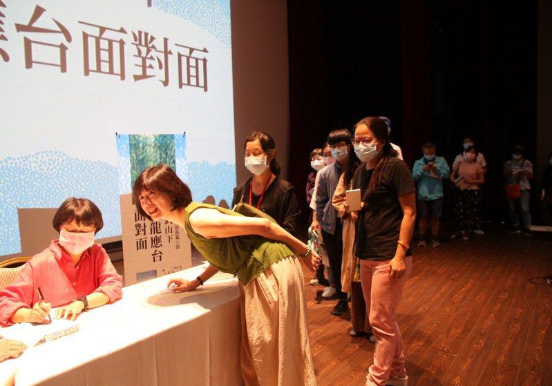 龍應台今天下午2點在台東市桂田喜來登酒店五樓國際劇院舉辦《大武山下》新書分享會,並為書迷簽名。記者羅紹平/攝影