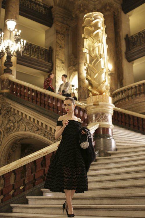 《艾蜜莉在巴黎》由當代時尚教母派翠西亞菲爾德操刀,莉莉柯林斯在最新預告中連換20套華服。圖/Netflix提供