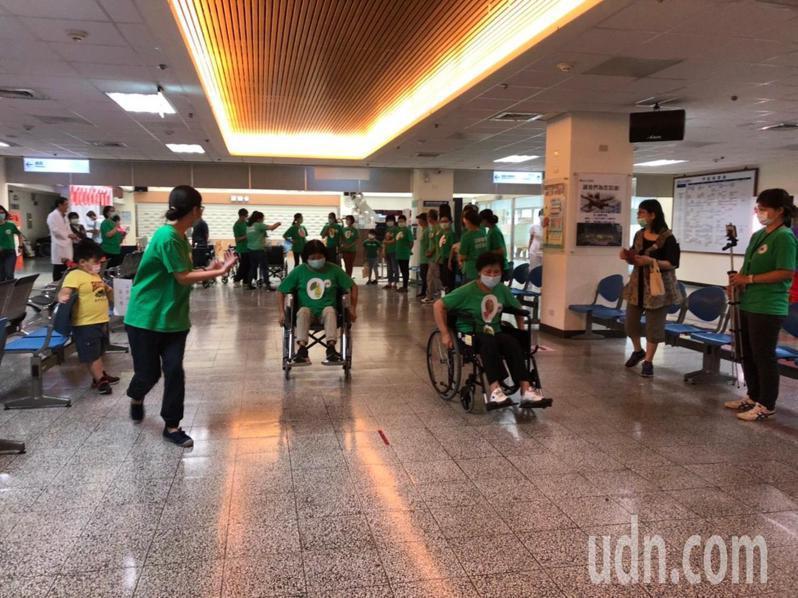 衛福部苗栗醫院昨天舉辦「輪你坐坐看體驗」活動慶祝照顧服務員日,設計照服員體驗坐輪椅,將來會以被照顧者的角度,提供更大同理心服務。圖/衛生福利部苗栗醫院提供