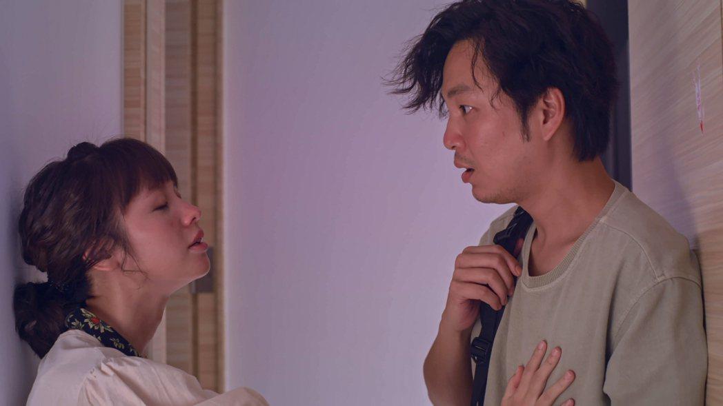 張書偉(右)與黃姵嘉合作「我的婆婆怎麼那麼可愛」戲裡戲外互動都逗趣。圖/公視提供