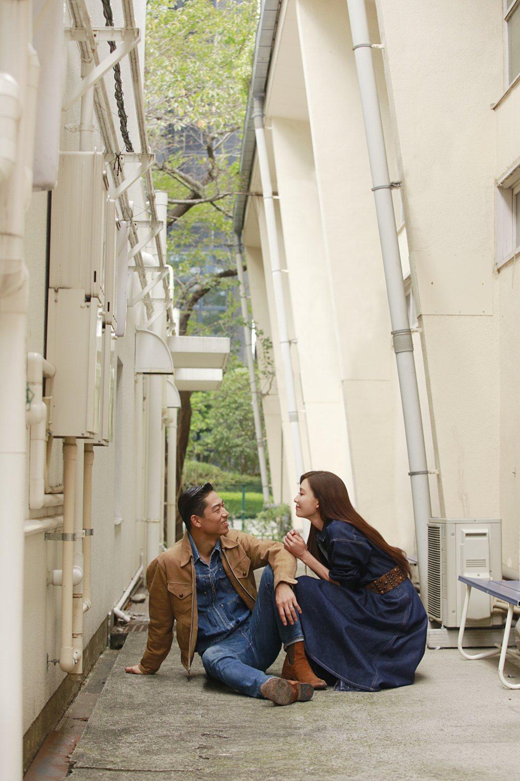 林志玲(右)找來丈夫AKIRA(左)拍攝2021年的慈善年曆,在鏡頭前大曬甜蜜,...
