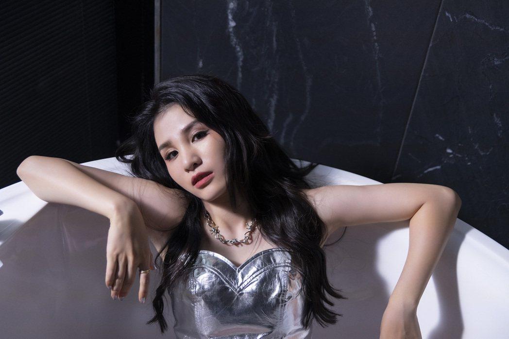 江靜推出首張專輯「挺好的  江靜」。圖/本色音樂提供