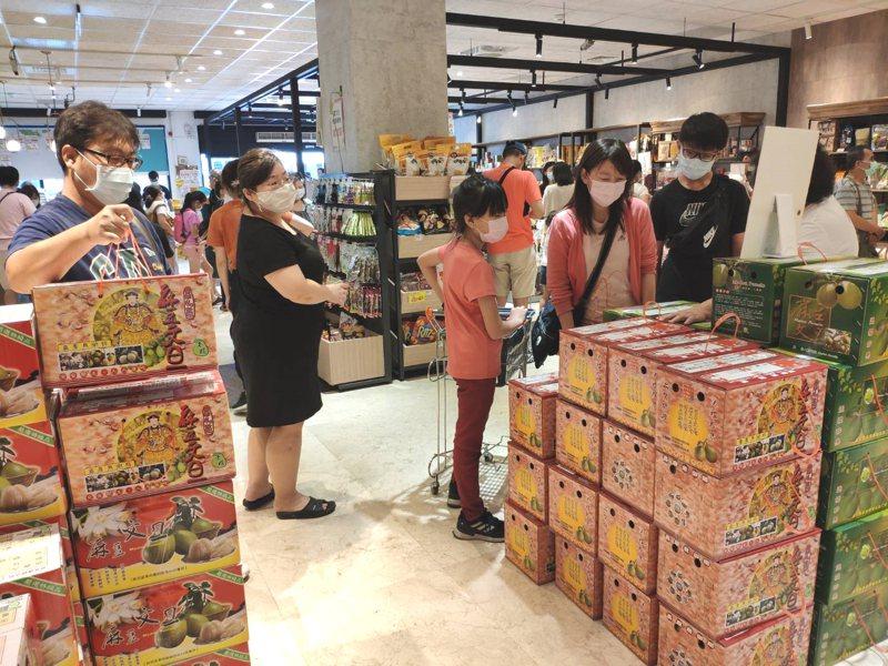 台南麻豆農會超市因農遊券使用將截止、柚香券開跑等,帶動文旦禮盒買氣。記者謝進盛/攝影