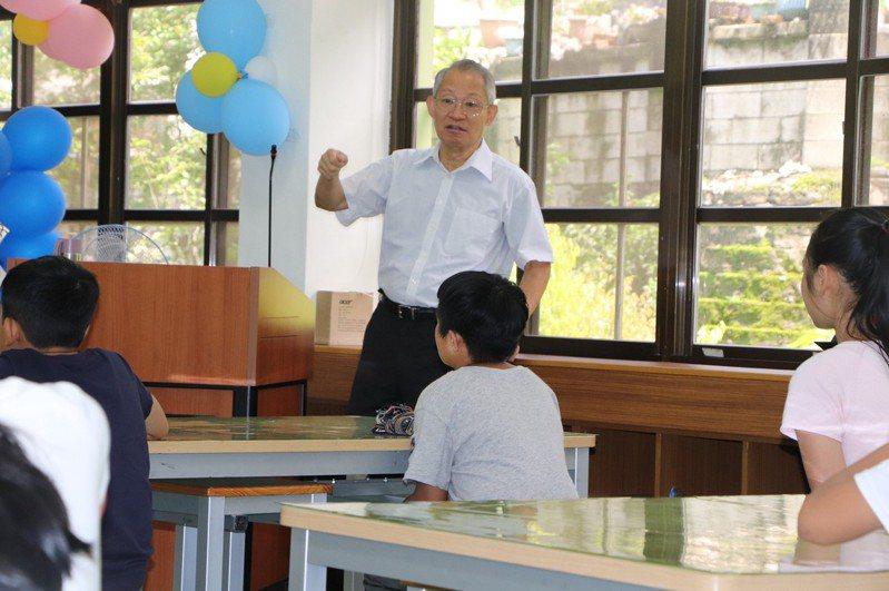 退休大使到高中當講師。 圖/台中市府提供