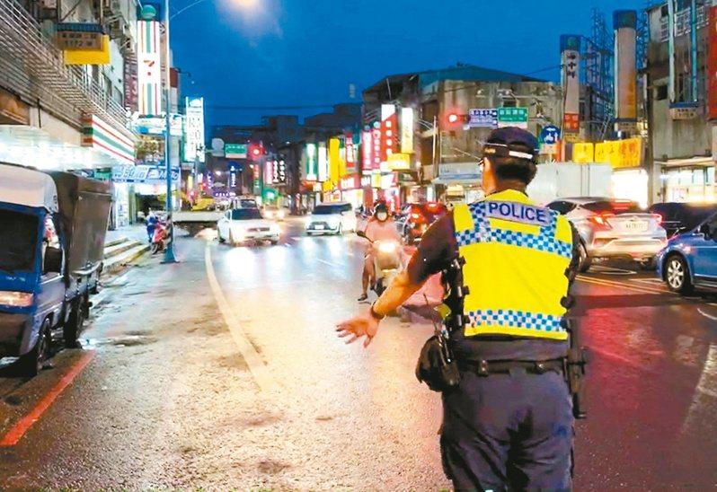 桃園市警局路口交通大執法一週,汽機車闖紅燈、紅燈右轉違規約占8成最高。 記者曾增勳/翻攝