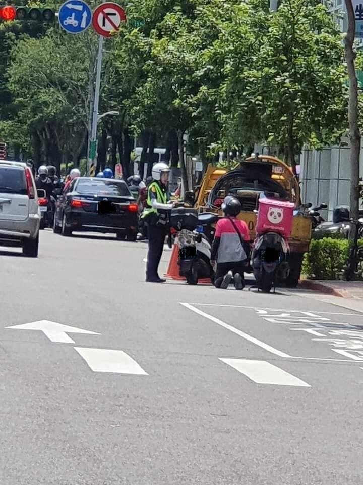 一名北市外送員因騎上人行道被警察開單,向警察下跪求銷單。圖取自爆料公社