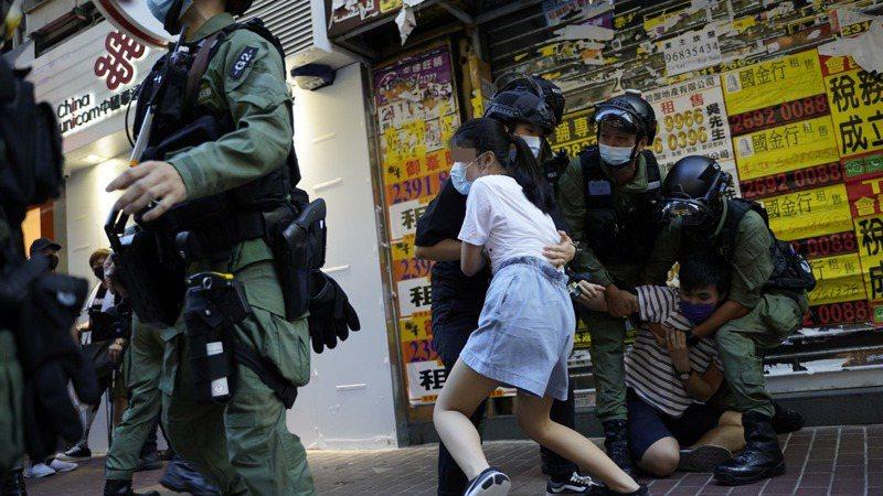 一名12歲少女被防暴警要求停下截查,她突然受驚足跑走,被包抄警員撲倒地上。(鄭子峰攝)