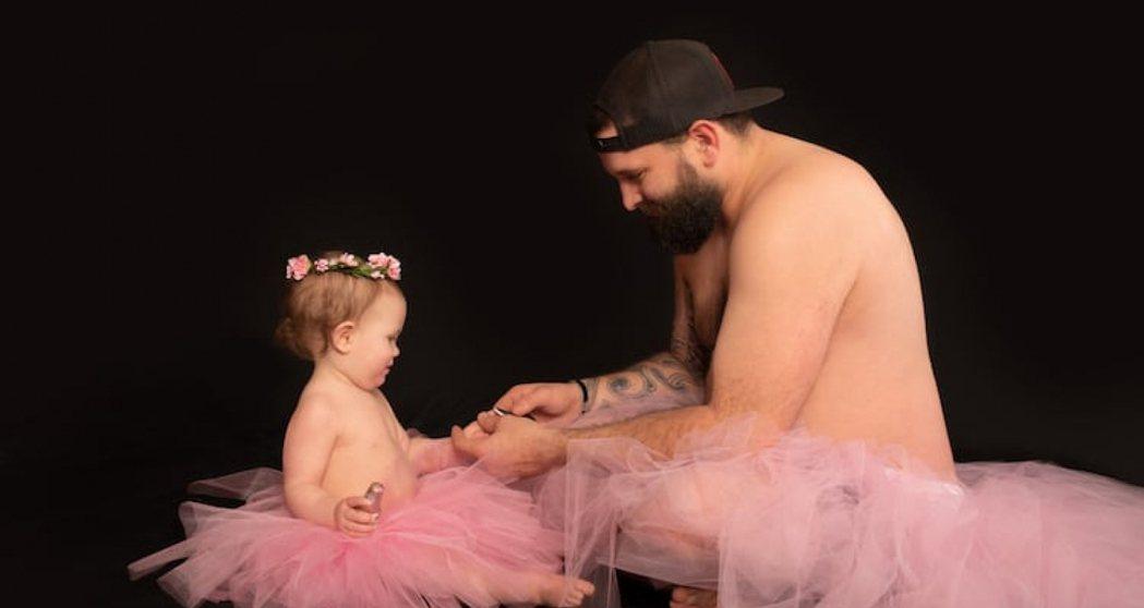 來自美國德州的 Casey Fields,和女兒一起穿上粉色芭蕾舞裙,展現與女兒...