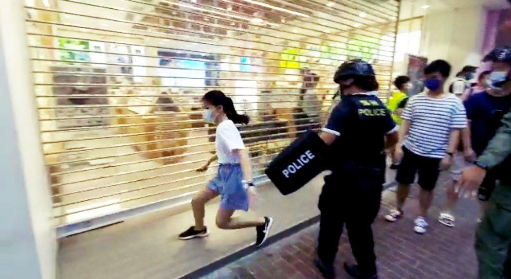 港警在直播鏡頭前於九龍油尖旺區的西洋菜南街,當街圍捕了一名單純路過、只是與哥哥一...