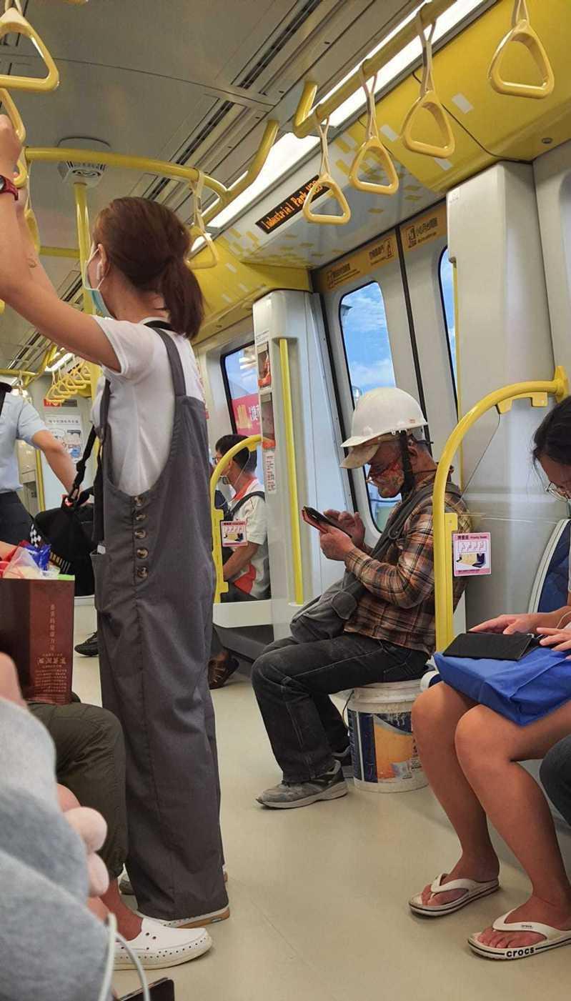 有工人下班後搭捷運自備水泥桶當椅子坐。圖/取自臉書