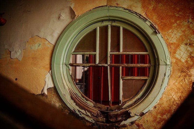 昭和樓的圓窗,由造型工法判斷就是日治時代的可能較大。 圖/文化保存人士提供
