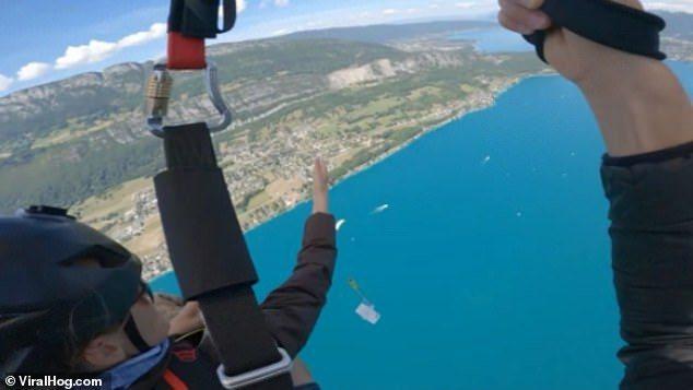 女子在高空中以手機自拍,換手時手機從空中落下,墜入海中。圖/取自每日郵報