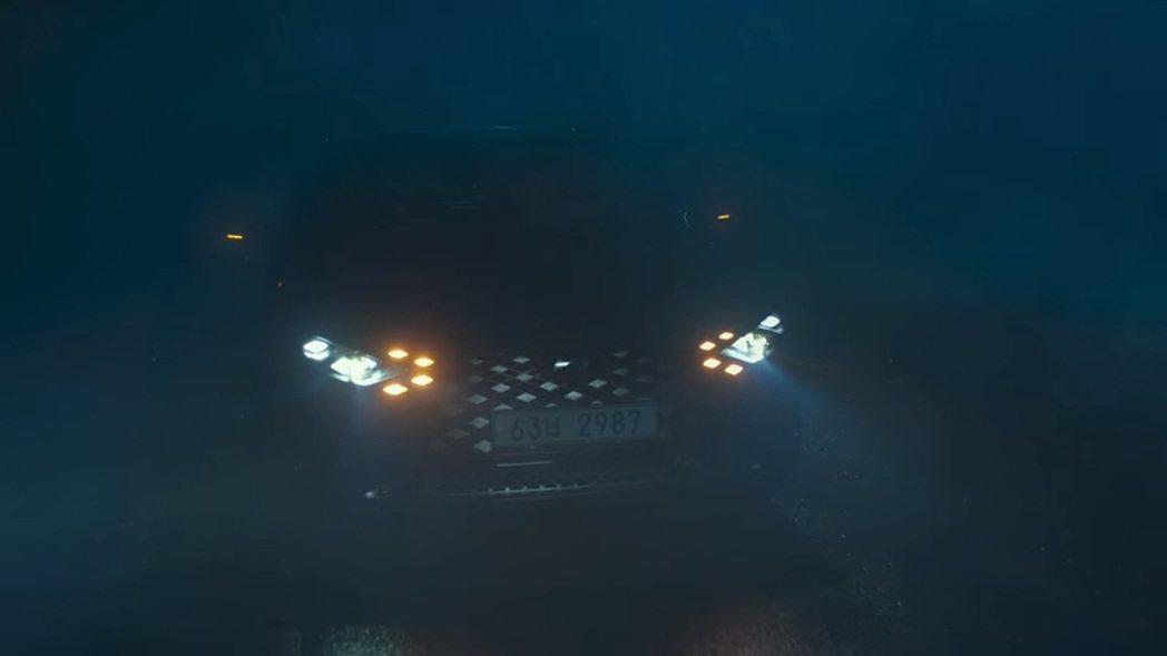 小改款Hyundai Grandeur將日行燈與方向燈融入在水箱護罩中。 圖/截...