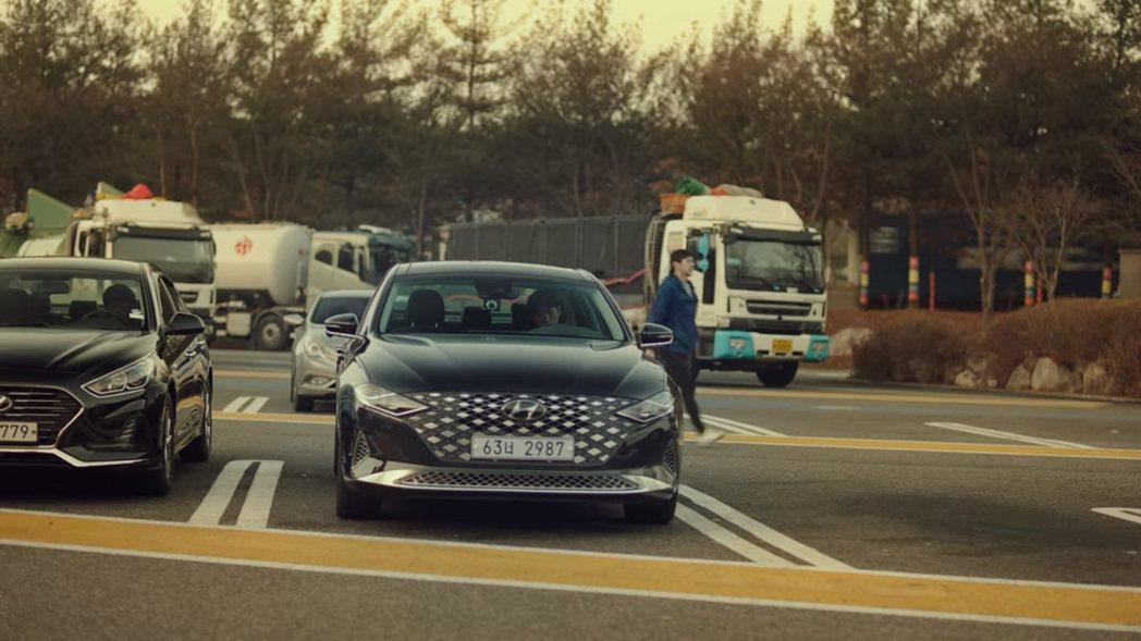 黃始木檢察官在《秘密森林2》的坐駕仍是Hyundai Grandeur,而改頭換...