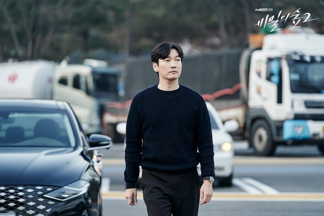 飾演黃始木檢察官的曹承佑,在《秘密森林2》依然是開著第一季的車款Hyundai ...